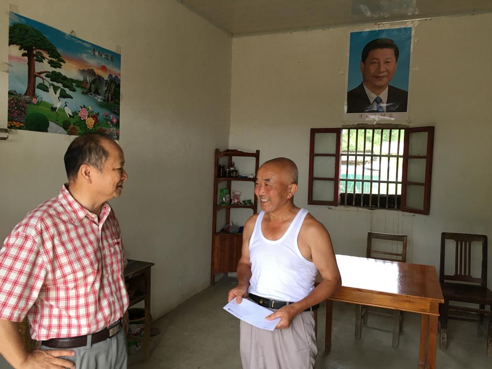 安徽必威体育官网网址党支部看望青阳贫困户和老党员